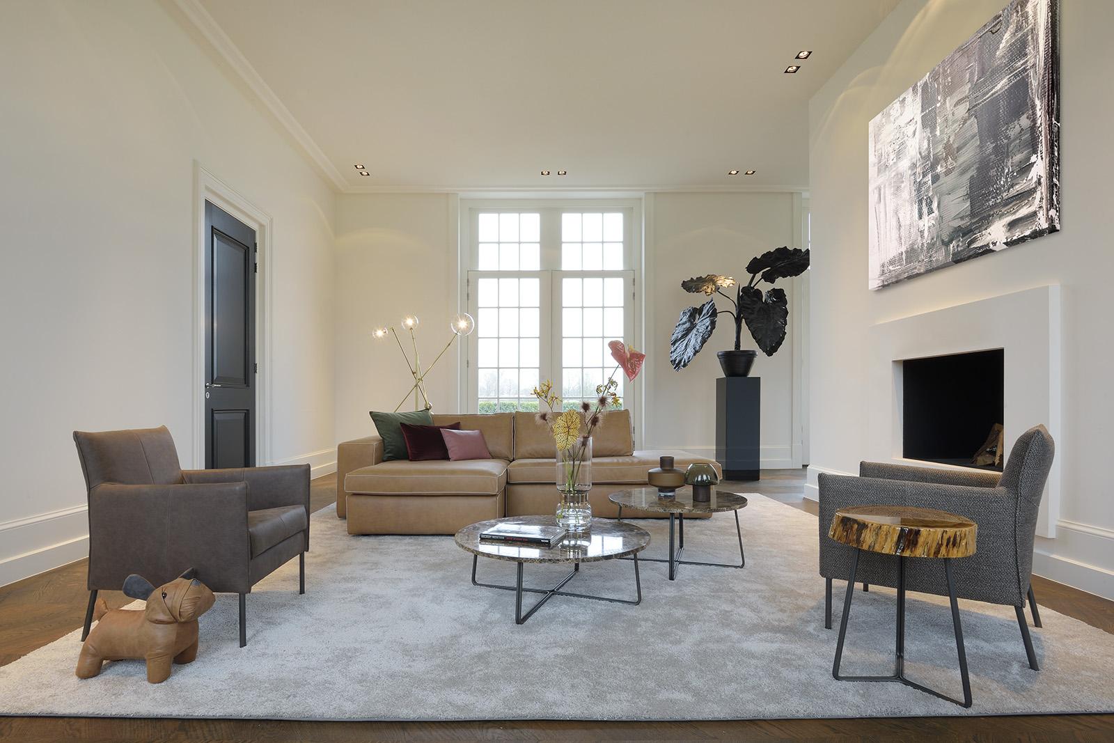 Bert Plantagie Brown woonkamer met Xenna Bank Dalia stoel en Trunk tafel